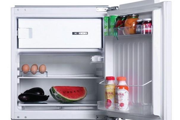 9、不正确的维修方式导致VALENTI冰箱内部电气结构发生变化导致漏电。为保证您和家人的安全,VALENTI冰箱一定要使用三项插座。在使用VALENTI冰箱的过程中,不要用潮湿的双手对其进行开、关门等操作,如需对VALENTI冰箱进行清洁等,应在切断电源后再进行。另外,当家中长时间无人时,应及时切断冰箱电源。